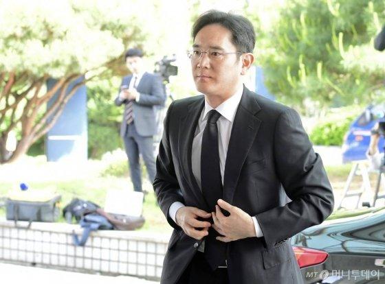 이재용 삼성전자 부회장이 20일 오후 서울대병원 장례식장에 마련된 구본무 LG그룹 회장의 빈소에 들어서고 있다. /사진=이기범 기자