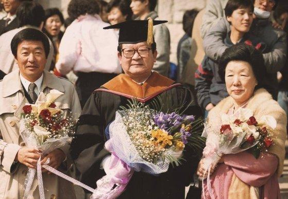 고(故) 구본무 LG 회장(왼쪽)이 1986년 부친인 구자경 명예회장(가운데·93)의 고려대학교 명예경제학박사 학위 수여식장에서 기념사진 촬영을 하고 있다. /사진=LG