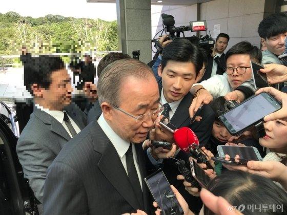 반기문 전 UN 사무총장이 21일 오전 고(故) 구본무 회장의 빈소를 찾아 고인과의 인연을 떠올리고 있다/사진=이정혁 기자