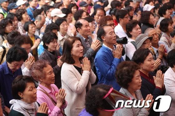 [사진]부처님 오신날... 합장한 불교신자들