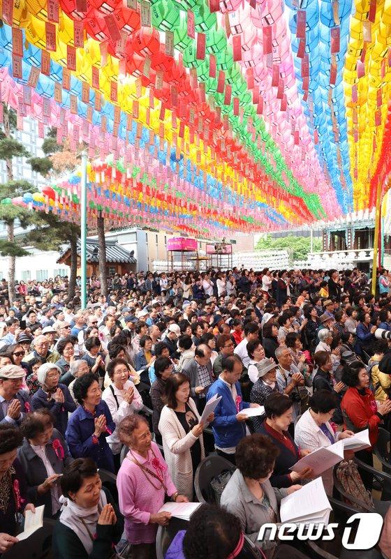[사진]부처님 오신날 예불하는 불자들