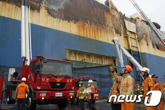 [사진]조종묵 소방청장, 인천항 화재진압 작전 점검