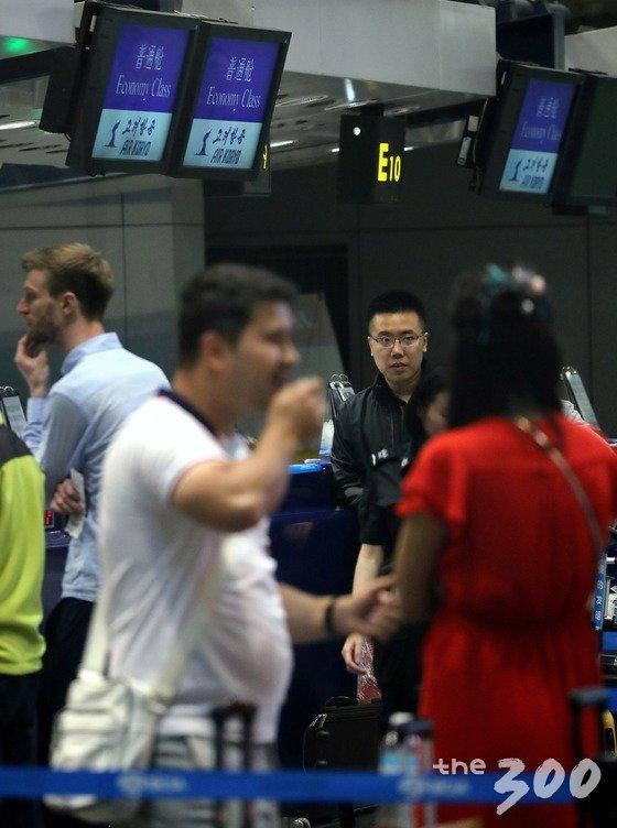 풍계리 핵실험장 폐기 행사 국제기자단이 22일 오전 중국 베이징 서우두 공항 고려항공 카운터에서 발권을 진행하고 있다. (사진공동취재단) /사진=뉴스1