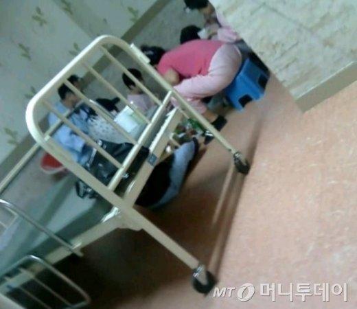 한 요양병원에 입원한 환자들이 병실에서 삼겹살을 구워 소주와 함께 먹고 있다. /머니투데이DB