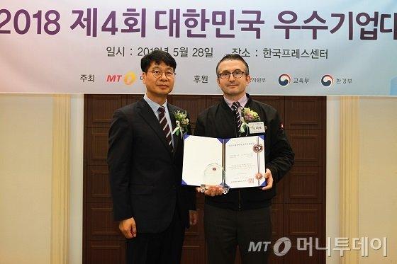 잭 라포 골드브릭스에프엠에스 상무(오른쪽)가 '서비스혁신대상'을 받고 김의주 한국능률협회컨설팅 수석 컨설턴트와 기념 사진을 찍고 있다/사진=중기협력팀 오지훈 기자
