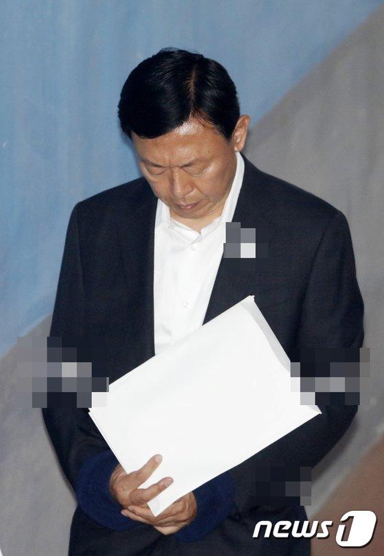 [사진]고개 숙인 신동빈