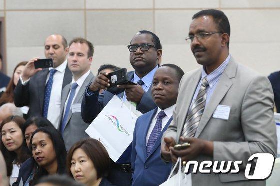 [사진]대한민국 선거 시스템 체험하는 외교사절단