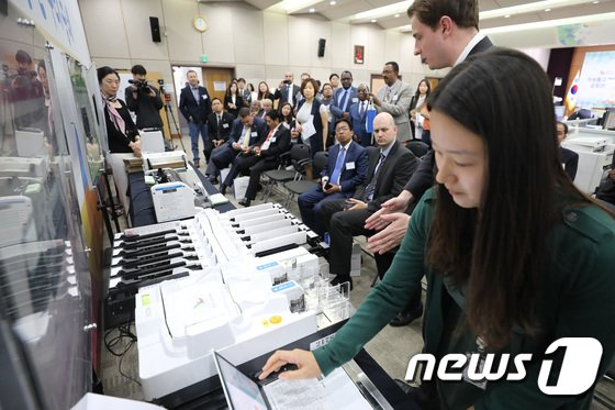 [사진]'투표지분류기 바라보는 외교사절단'