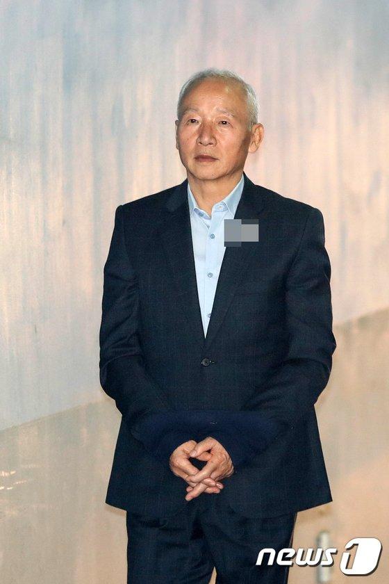 [사진]법정 향하는 남재준 전 국정원장
