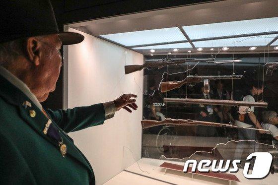 [사진]'내가 쓰던 총이네'
