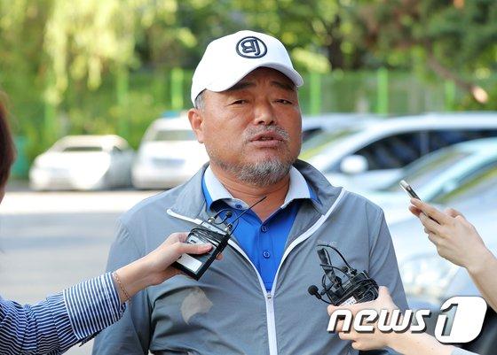 [사진]취재진 질문에 답하는 김흥국