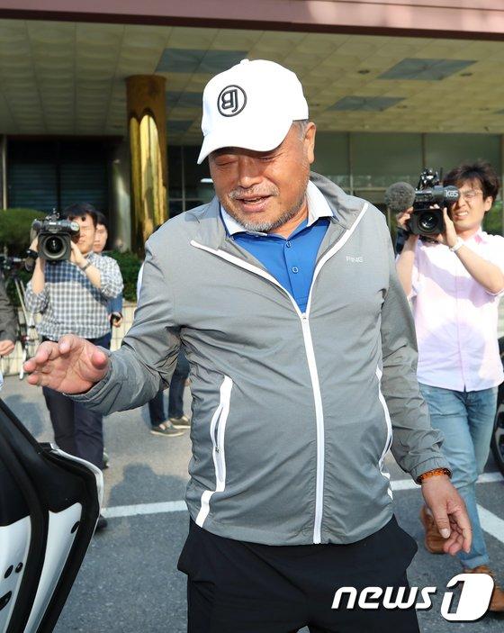 [사진]'상해 혐의' 피소 당한 김흥국, 경찰 조사 마치고 귀가