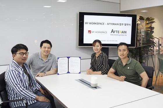 양희영 마이워크스페이스 대표(사진 왼쪽 2번째)와 이윤희 애프터레인 대표(사진 오른쪽 2번째) 등 관계자들이 MOU를 체결하고 기념사진을 찍고 있다/사진제공=마이워크스페이스