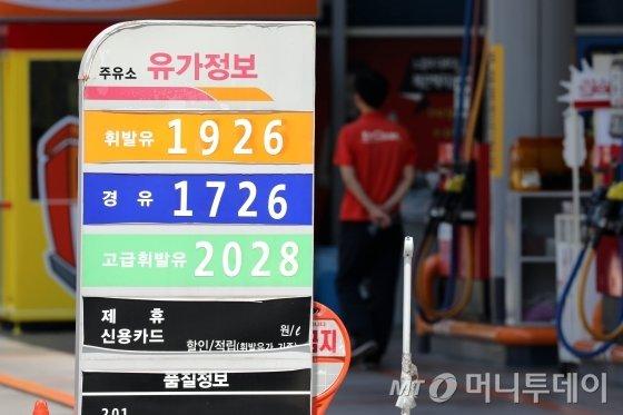 3일 한국석유공사 유가정보 서비스 오피넷에 따르면 5월 다섯째주 주유소 휘발유 판매가격은 ℓ당 전주 대비 14.9원 상승한 1605.0원을 기록했다. 이는 휘발윳값이 6주 연속 상승하며 3년 5개월여 만에 1ℓ당 평균 1,600원을 넘어선 것이다. 이날 서울의 한 주유소가 한산한 모습을 보이고 있다./사진제공=뉴스1