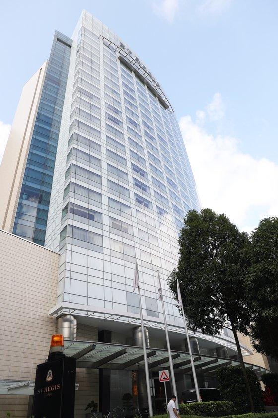 미국 백악관이 5일(현지시간) 6·12 북미정상회담 장소가 싱가포르 센토사 섬 내 카펠라 호텔이라고 공식 발표했다. 이에 김정은 북한 국무위원장 숙소로 유력하게 거론되고 있는 '특별행사구역' 내 세인트 레지스 호텔의 6일 모습.  싱가포르 정부는 지난 4일과 5일 잇달아 샹그릴라 호텔 주변과 센토사 섬 전역 및 본토 연결 다리를 특별행사구역으로 지정한 바 있다. /사진=뉴스1