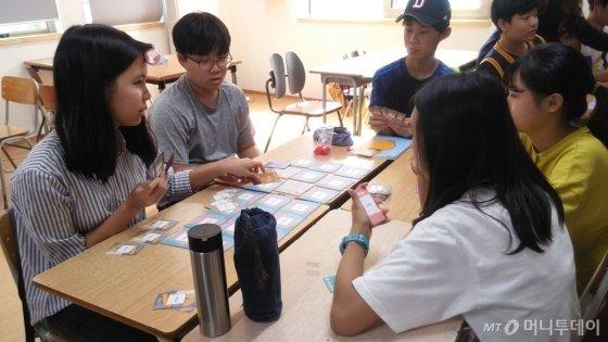 정치 참여 돕는 소셜벤처 '칠리펀트'에서 만든 보드게임을 진행 중인 청소년들/사진제공=