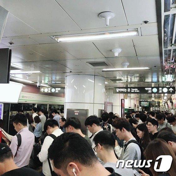 7일 오전 서울 지하철 2호선 홍대입구역. 이날 오전 8시20분쯤 지하철 2호선 합정역 터널에서 연기가 피어오른다는 신고가 접수돼 열차 운행이 중단되면서 시민들이 출근길 정체를 겪고 있다.(인스타그램 갈무리)© News1