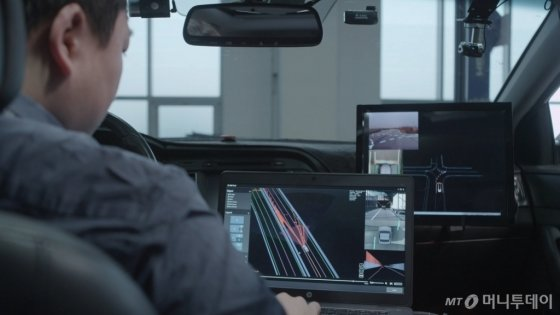 현대모비스 연구원이 자율주행 테스트 차량 엠빌리(M. Billy)가 확보한 실제 도로 데이터를 분석하고 있다. /사진제공=현대모비스