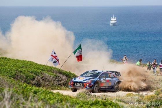 현대자동차 'i20 WRC' 랠리카가 '2018 WRC 이탈리아 랠리'에서 달리는 모습/사진제공=현대차