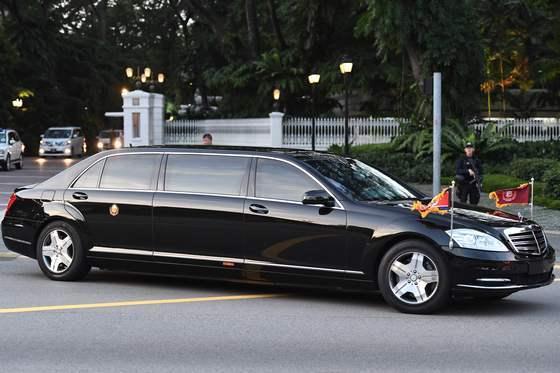 10일(현지시간) 김정은 북한 국무위원장의 벤츠 리무진 방탄차량이 리셴룽 싱가포르 총리 관저인 이스타나궁을 떠나고 있다/사진=뉴스1