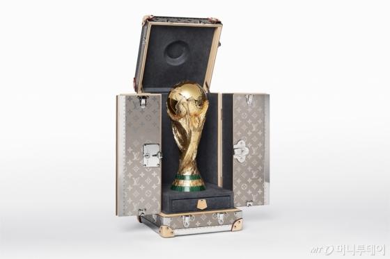 2018 FIFA 러시아 월드컵 트로피와 루이 비통이 제작한 트로피 트렁크 /사진제공=루이 비통