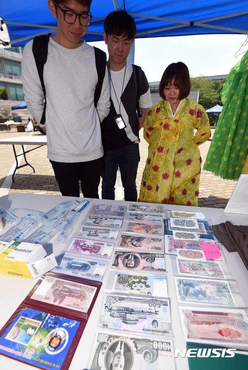 2017년 7월 25일 경기 수원 아주대학교에서 열린 2017 와글바글 장마당에서 학생들이 북한 화폐를 살펴보고 있다. /사진=뉴시스