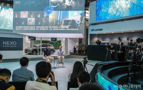 정의선 현대자동차 부회장(무대 오른쪽), 자오용 딥글린트 CEO(무대 왼쪽)가 13일 중국 상하이 신국제엑스포센터(SNIEC)에서 열린 'CES 아시아 2018'에서 양사간 기술 협력 파트너십을 발표하고 있다./사진제공=현대자동차