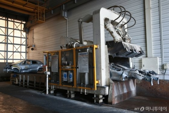 현대자동차그룹내 '자동차 재자원화센터'에서 시험용 차가 폐차되는 모습/사진=현대차그룹