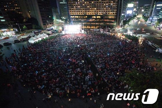 [사진]서울광장 가득 메운 축구팬들 '바이킹 사냥 보러 왔어요'