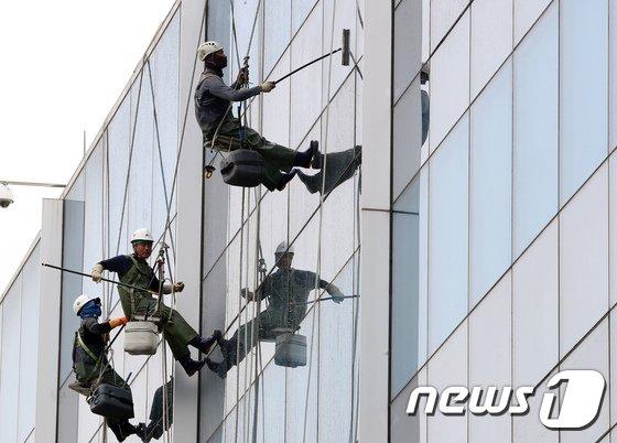 [사진]'세종청사 외벽을 깨끗하게'