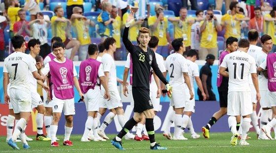 18일 오후(현지시간) 러시아 니즈니노브고로드 스타디움에서 열린 '2018 러시아 월드컵' F조 조별리그 대한민국과 스웨덴의 경기에서 0 대 1 경기종료 후 조현우가 관중들에게 인사하고 있다./사진=이기범 기자