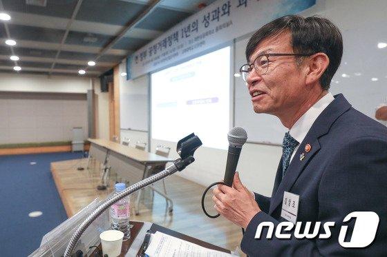 [사진]'현 정부 공정거래정책 1년의 성과와 과제' 세미나에서 강연하는 김상조
