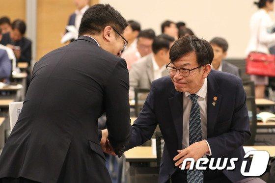 [사진]악수하는 김상조 위원장