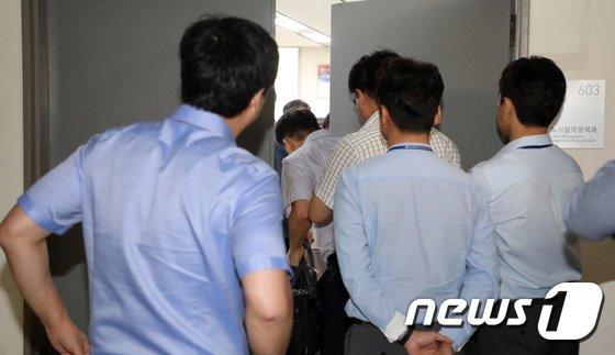 [사진]압수수색 지켜보는 공무원들
