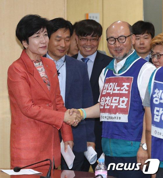 [사진]김영주 장관-조창익 전교조 위원장 '시작은 미소로'