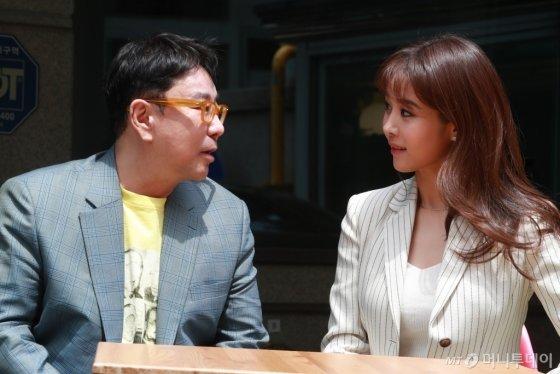 가수 겸 뮤지컬 배우 옥주현(오른쪽)과 정구호 연출가. /사진=임성균 기자<br />