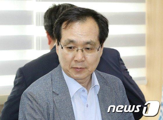 [사진]굳은표정의 류장수 최저임금위원장
