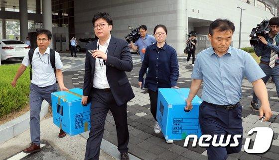 [사진]고용노동부 압수품 들고 나오는 서울중앙지검