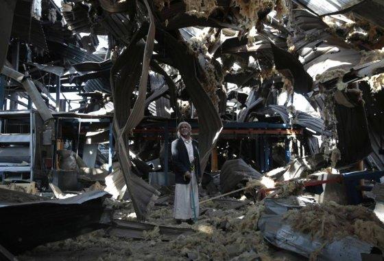 사우디아라비아가 주도하는 연합군의 공습으로 무너진 수도관과 물 펌프 공장에 서 있는 예멘의 노인(AP자료사진). 사우디가 주도하는 아랍연합군은 6월13일부터 반군 장악 항구 호데이다에 대한 공격을 감행, 다음날 바로 남쪽의 마을을 점령했다. 이 전투로 기아 상태에 놓여 있는 예멘 국민에 전달되는 구호품과 식량이 단절될 우려가 커지고 있다./사진=뉴시스