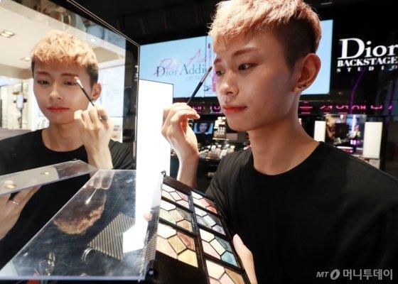 화장하는 남자들이 늘고 있다. 사진은 롯데백화점 본점 디올 매장에서 한 남성이 눈썹 메이크업을 하는 모습. /사진=임성균 기자