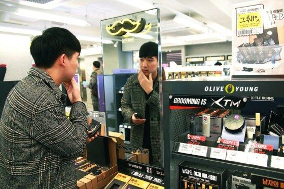 올리브영 강남본점에서 남성 고객이 제품을 체험해보는 모습. /사진 제공=CJ올리브네트웍스