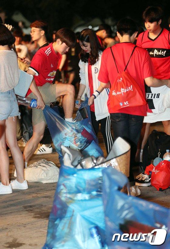 [사진]자발적으로 쓰레기 치우는 시민들