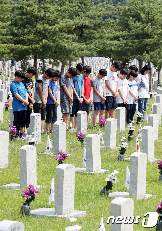 [사진]6.25 전사자 묘역 찾은 학생들