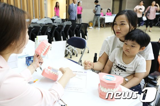 [사진]'외국인 주민들 무료 건강검진 받으세요'