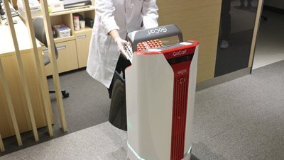 을지대병원이 도입한 자율주행 물류배송 로봇 '고카트(GoCart)'. 병원내에서 혈액, 소변과 같은 검사용 검체를 비롯해 의약품 등을 배송하는 역할을 한다/사진=유진로봇 <br />