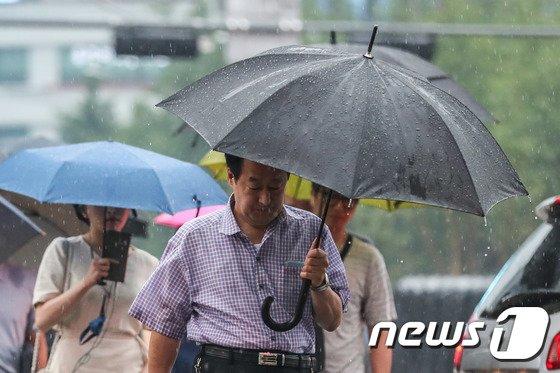 [사진]굵은 빗방울에 출근길 재촉하는 시민들