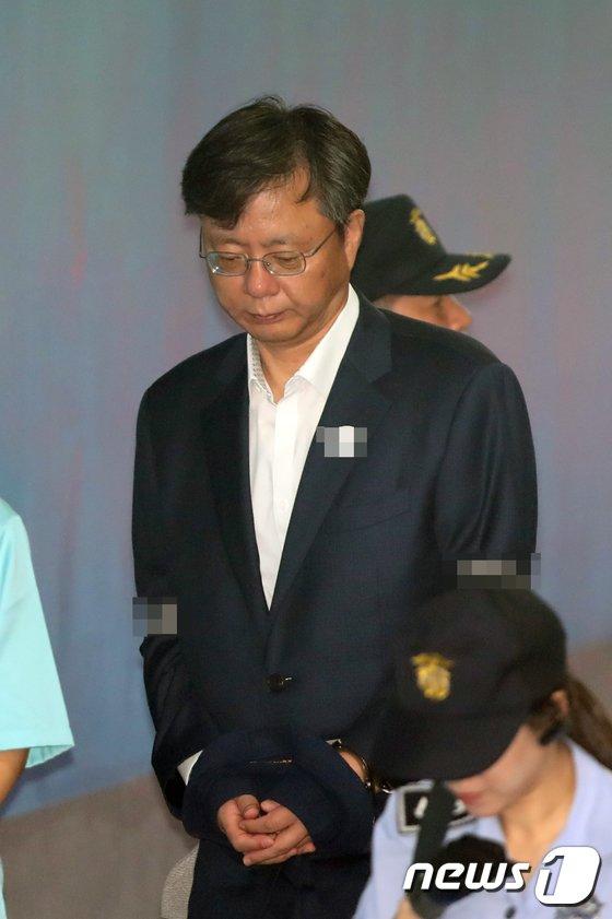 [사진]고개숙인 우병우 전 민정수석