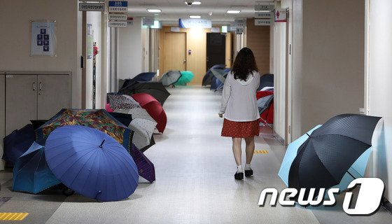 [사진]'우산 말리는 풍경'
