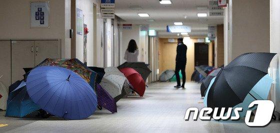 [사진]본격적인 장마... '우산을 말리자'