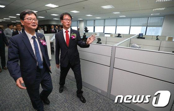 [사진]사회임대주택 금융지원센터 사무실 둘러보는 손병석 1차관